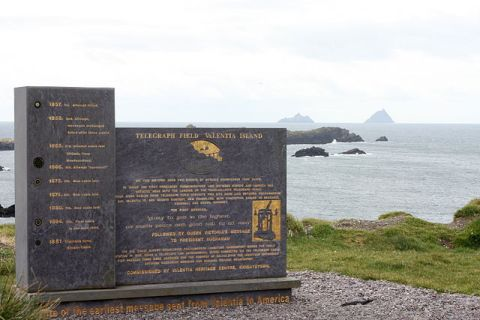 Memorial at Valentia Island to mark the laying of the transatlantic cable to Newfoundland. Made of Valentia slate and designed by local sculptor Alan Ryan Hall. Photograph:  John Flanagan (Wikimedia Commons).